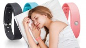 Pulseras Toshiba Weram en imagen de fondo y mujer durmiendo con pulsera