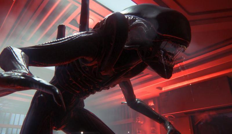 Alien avanza amenazante hacia su atemorizada víctima - captura de Alien Isolation