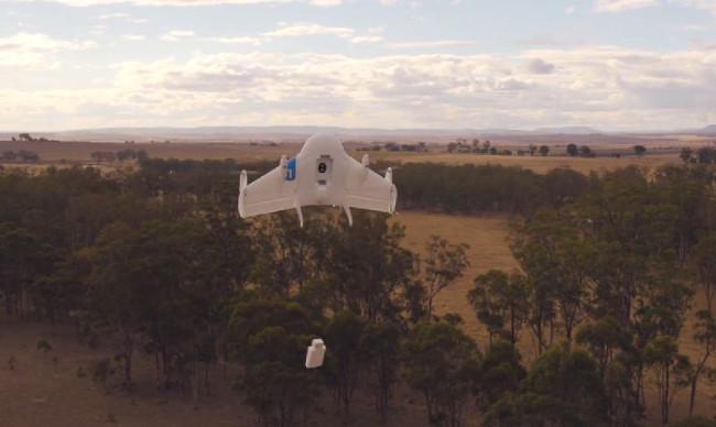 El dron de Google no aterriza, sino se mantiene en el aire mientras el paquete desciende mediante una cuerda (Fotograma: Google)