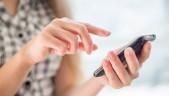 Mujer operando smartphone