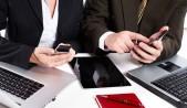 Ejecutivos mujer y hombre con smartphones