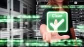 Mujer con escritorio virtual limpia sistema atacado por virus y hackers