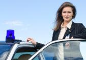 Mujer policia fuera de patrulla policial