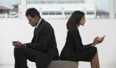 Dos ejecutivos indios, hombre y mujer, con smartphones