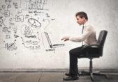 Ejecutivo trabaja con un escritorio virtual imaginario