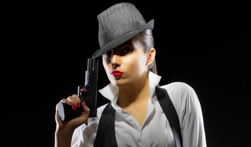 Atractiva mujer con sombrero negro, en alusión a Black Hat