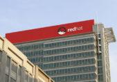 Edificio muestra el logotipo de RedHat