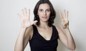 Mujer muestra ocho dedos de sus manos