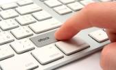 """Inicio de ataque informático presionando tecla """"Attack"""" en teclado."""