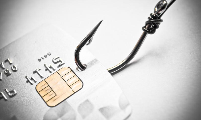 Concepto de phishing: Tarjeta de crédito sujeta con anzuelo
