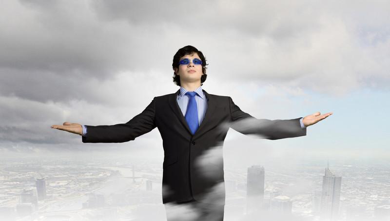 Hacker todopoderoso posado sobre nubes con paisaje urbano de fondo