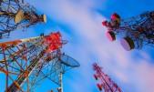 Grupo de torres de telecomunicaciones de noche