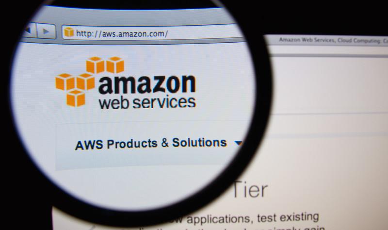 Sitio de Amazon Web Services visto con una lupa