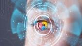Ciber-hombre futurista con conceto de panel biométrico sobre sus ojos