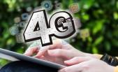 Mujer joven se conecta a 4G mediante su tableta