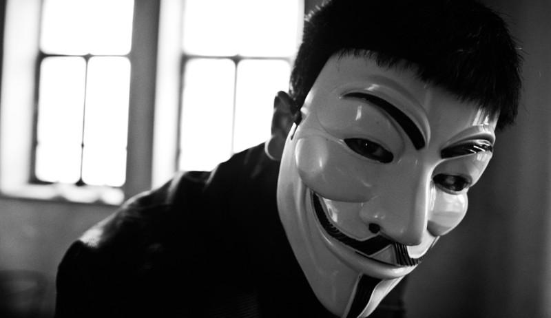 Hombre con máscara de Anonymous