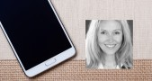 Smartphone blanco con pantalla apagada sobre textil y fotografía de Annette Zimmermann, analista de Gartner