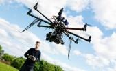 Técnico operando vehículo aéreo no tripulado - dron