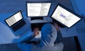 Hacker utilizando varias computadoras para robo y sabotaje cibernético