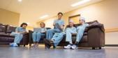Personal sanitario descansando y usando tecnologia