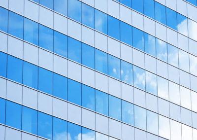 Nubes reflejadas en edificio