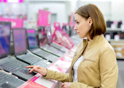 Consumidora estudia computadoras